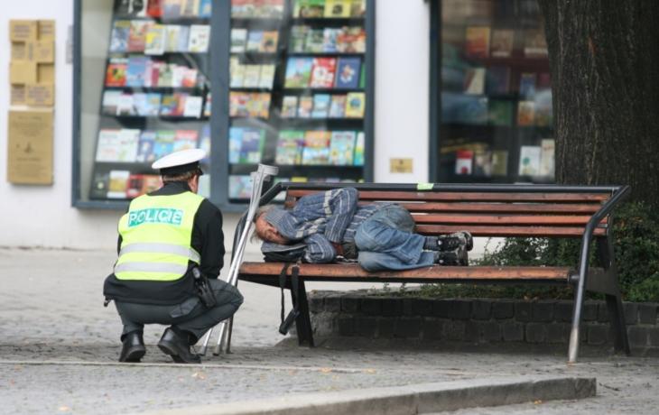 Bezdomovci si mají kde odpočinout