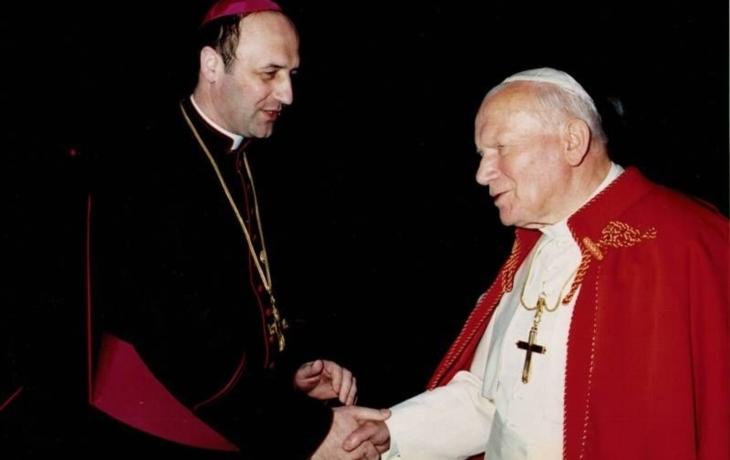 Arcibiskup požehná znaku, zvonu i soše světce