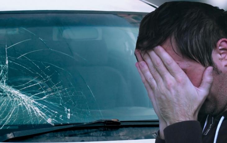 Řidič tvrdí, že mu sypač poničil auto. Silničáři prý štěrk nevozí