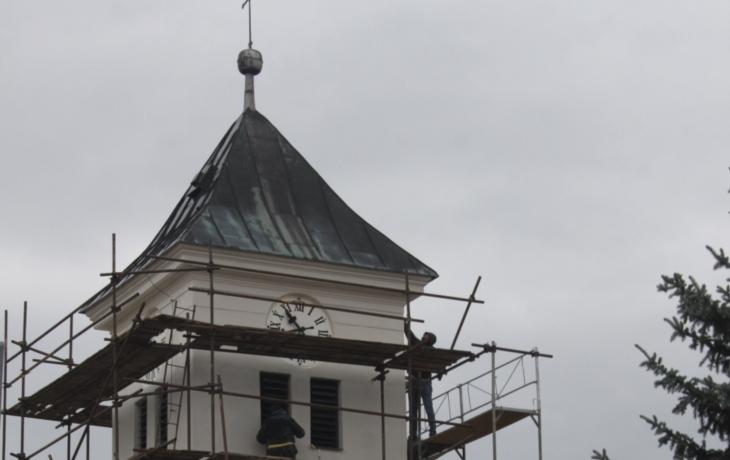 Kostel v Korytné sevřelo lešení