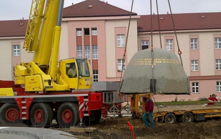 Helma Obrany národa už zdobí náměstí