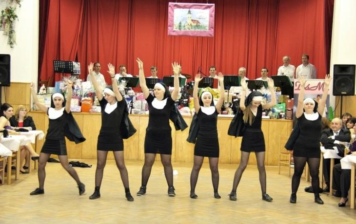 Sestry v akci zpestřily farní ples