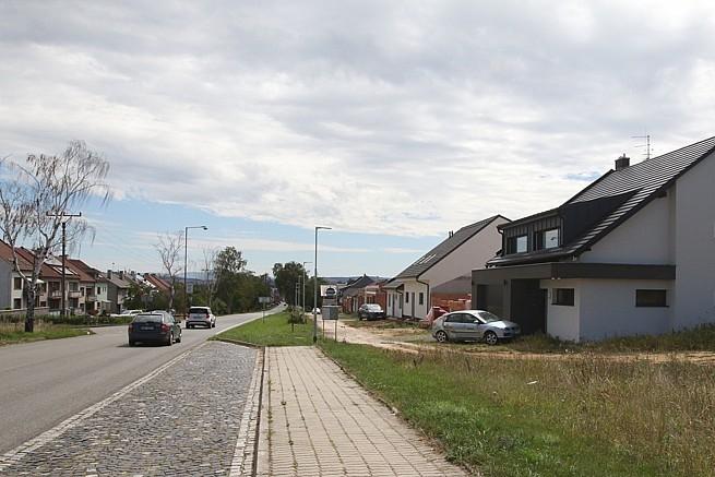 V bývalém zemědělském statku se bydlí, nové domy rostou jak z vody