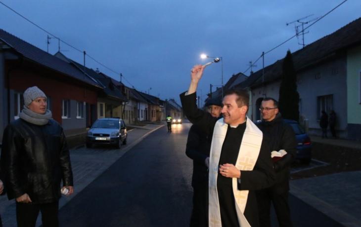 Záplaty zmizely, Svatovítskou požehnal farář