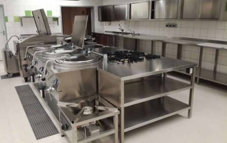 Učitelé mají vlastní jídelnu. Od studentů je dělí skleněná stěna
