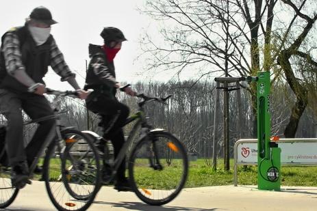 Cyklistům pomáhá na stezkách servisní stojan, nechybí ani pumpa