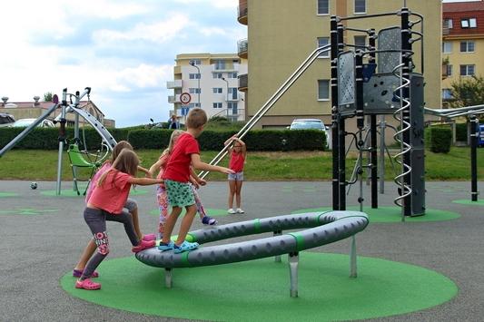 Děti už skáčí po vylepšených hřištích. Mají tam i zapuštěnou trampolínu