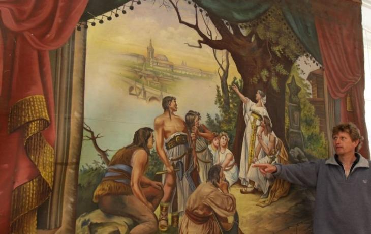 Trám školy ukrýval desítky let dvě plátna