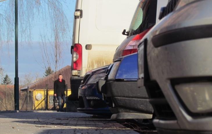 Auta zastavují u obrubníku, chodci si stěžují na užší chodník