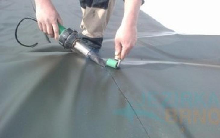 Střechu haly překryla svařovaná fólie