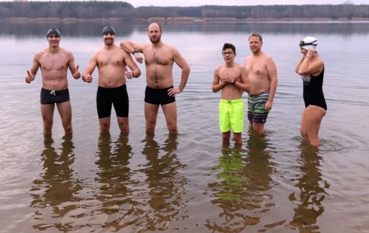 Konec roku oslavili plaváním