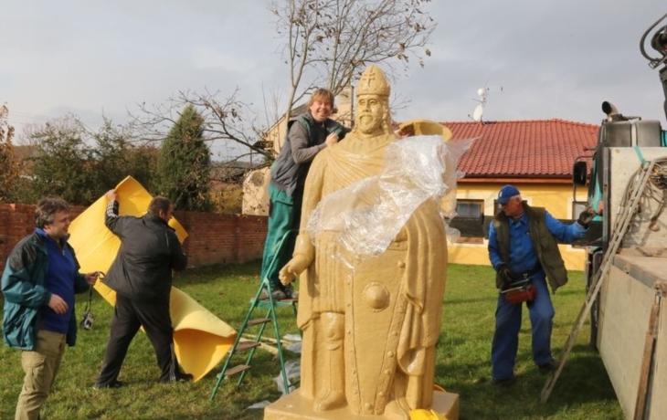Moravští rytíři přivezli do Hluku sochu krále Svatopluka