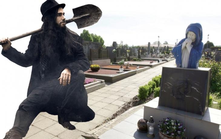 Hrobník ukryl urny s ostatky za hřbitovní zdí