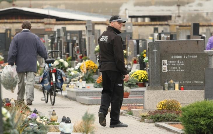 Lidé jdou na hřbitov a často ani nevědí proč