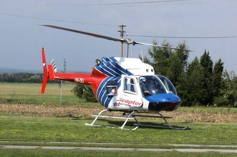 Vážná nehoda ve Strání! Auto s cizinkou za volantem smetlo cyklistku, vážně zraněnou ženu transportoval vrtulník