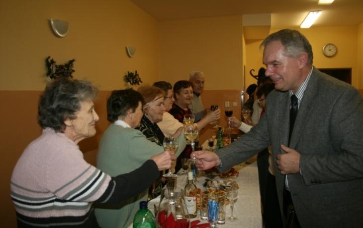 Dobrovolnice pletou obvazy malomocným