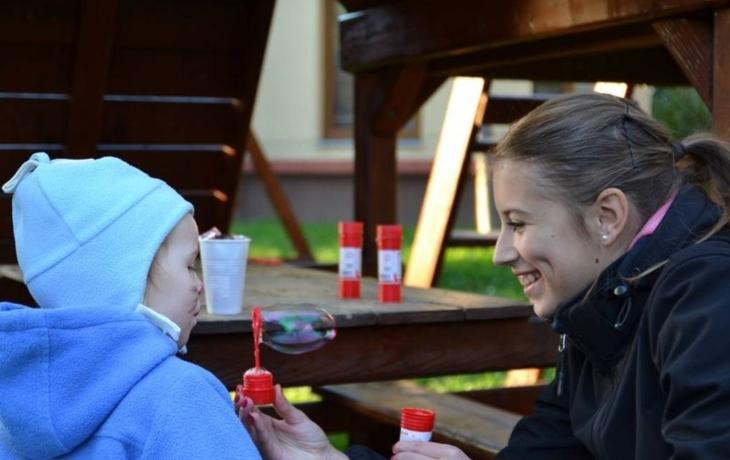 Dívky věnovaly projekt matkám, které nikdy neviděly