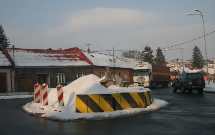 Křižovatku znovu zničil kamion