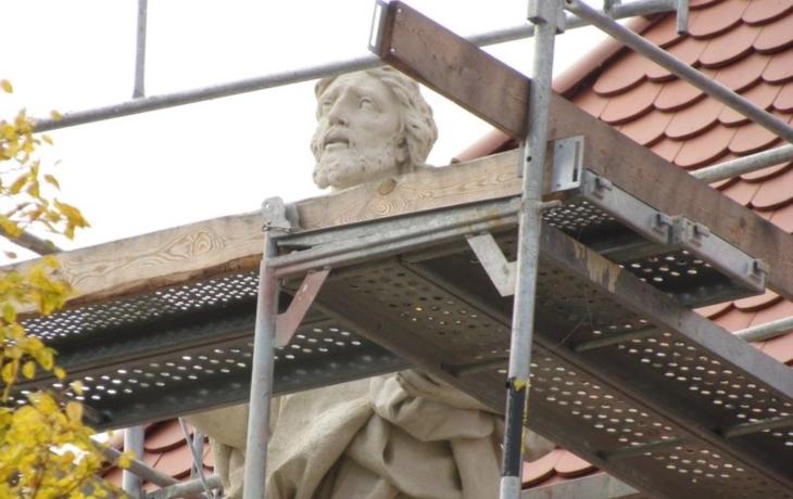 Kříž je zpět, ale sochy čekají na sestup a záchrannou sbírku