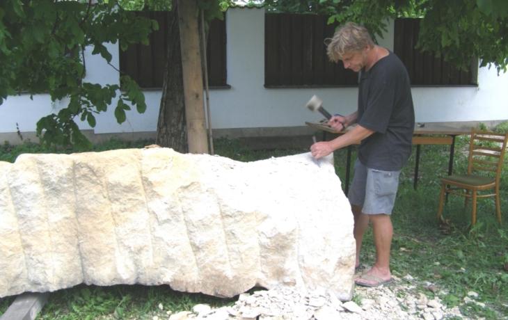 V Brodě začalo sochařské sympozium