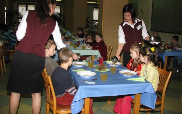 Školní jídelnu na den proměnili v restauraci