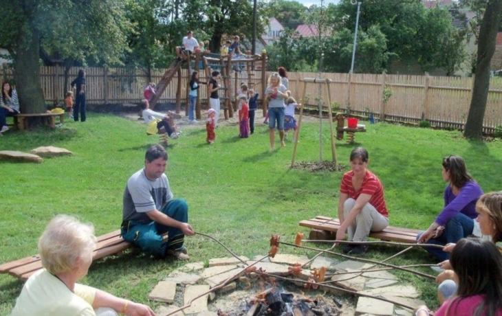Komňa otevřela hřiště, které si užívají děti i dospělí