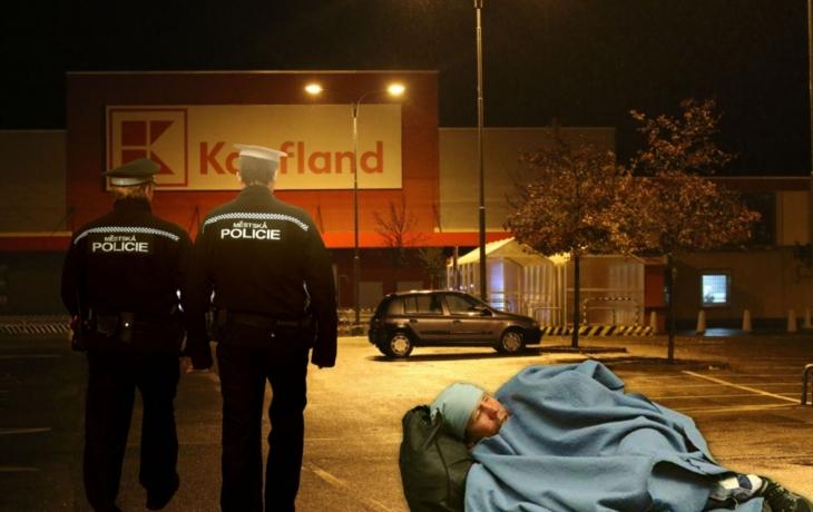 Bezdomovec zaparkoval u Kauflandu a začal tam žít. Strážníci nic nezmůžou