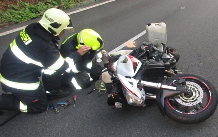 Motorkář nezvládl předjíždění kamionu. Po srážce s autem v protisměru zemřel na místě