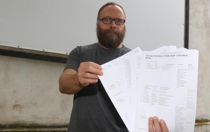 Vzpoura v Brodě. Už přes 600 lidí chce letní kino zpět ke kavárně