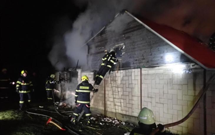 Smutný konec roku 2019: Dva mrtví v domku, domácí udírna lehla popelem