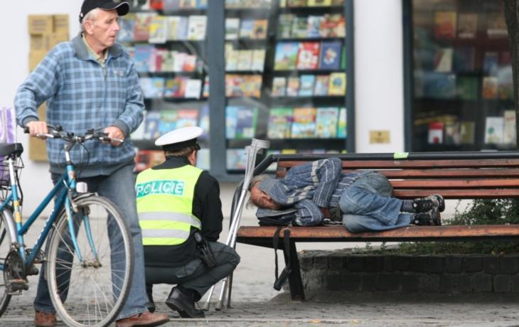 Jak zatočit s bezdomovci? Zakažme jim pobyt, radí senátoři