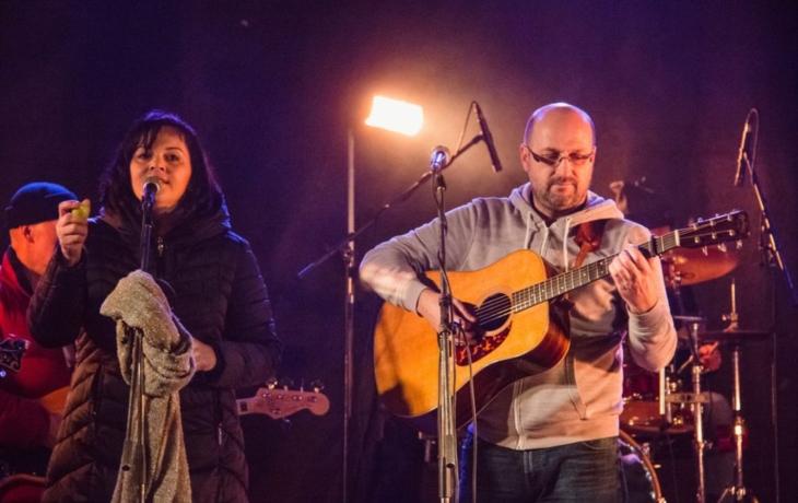 Předvánočním Uherským Brodem se nesly muzikálové a filmové melodie