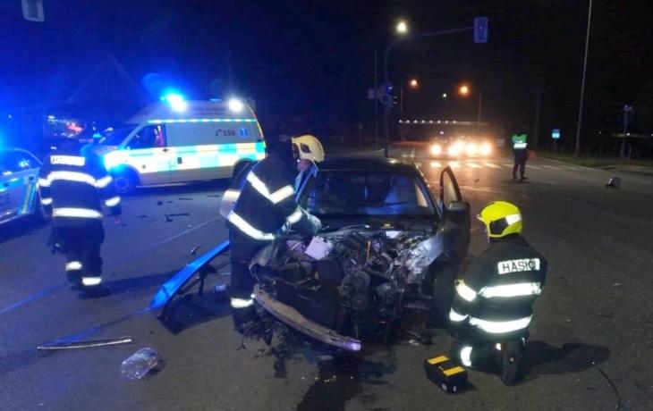 Dvě noční nehody. Auta na šrot, řidiči naštěstí přežili