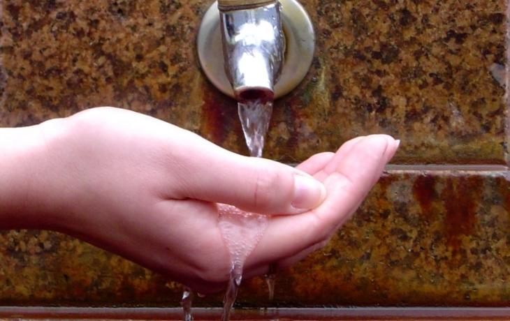 Voda není bezpečná pro kojence