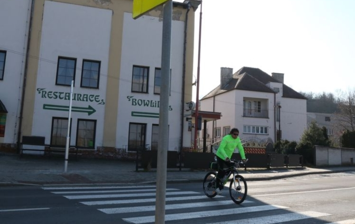 Školáky na přechodu ochrání semafor s tlačítky