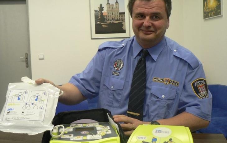 I kdyby zachránili jediný život, defibrilátor má smysl