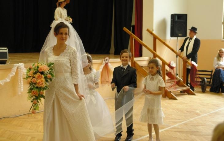 Nikola předváděla svatební šaty svojí babičky