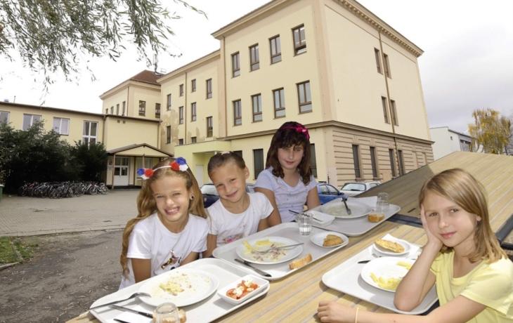 Ředitel ostrožské školy má předložit důkazy, že se do dětské stravy nedávaly zbytky jídel