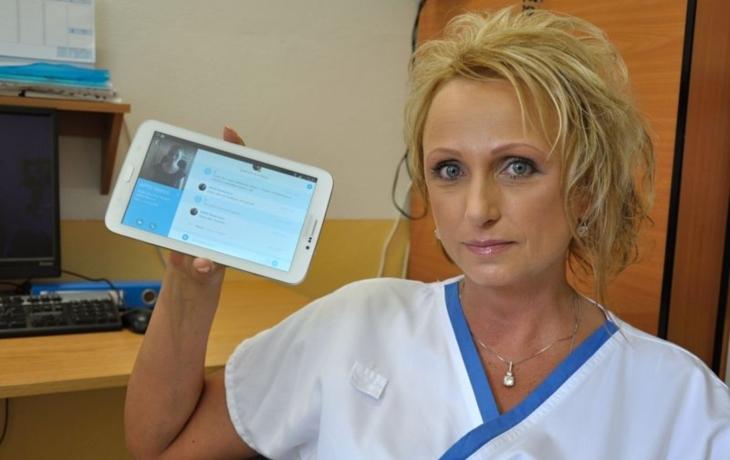Lékařům pomáhá tablet, rozumí neslyšícím