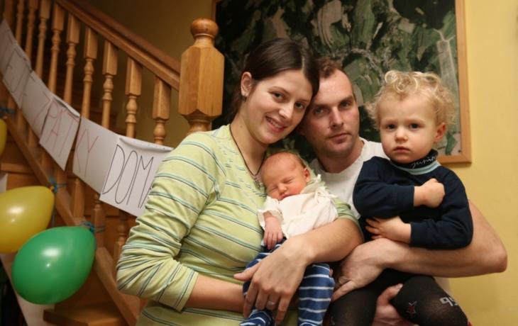 Matka rodila na schodech, pomáhal jí celý dům!