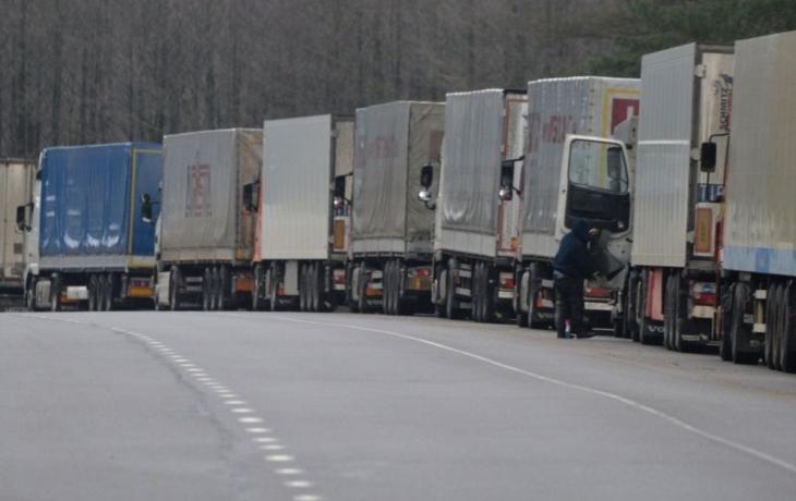 Pendleři ráno stíhali, ale kamiony stále jen popojíždí. Starý Hrozenkov hlásí při cestě na Slovensko zdržení