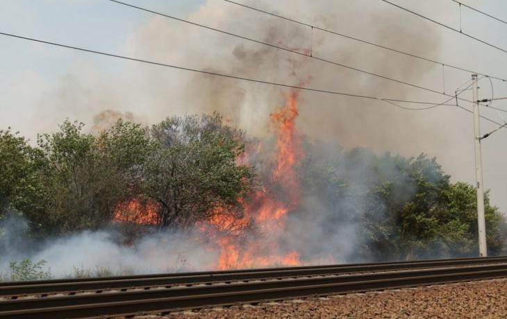 Požár podél trati zaměstnal hasiče