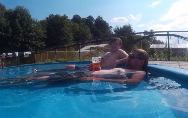 S pivem klidně do bazénu
