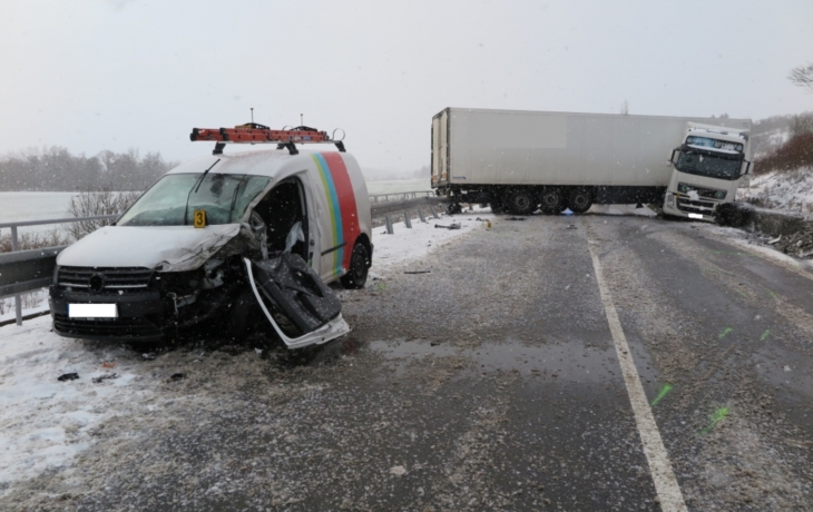 Z Brodu do Luhačovic se dočasně nejezdilo, silnici zablokovala nehoda