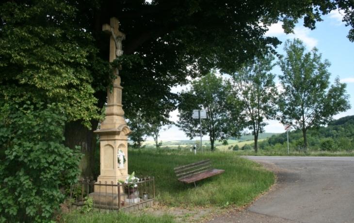 Šumický kříž se rozpadá, obec shání peníze na opravu