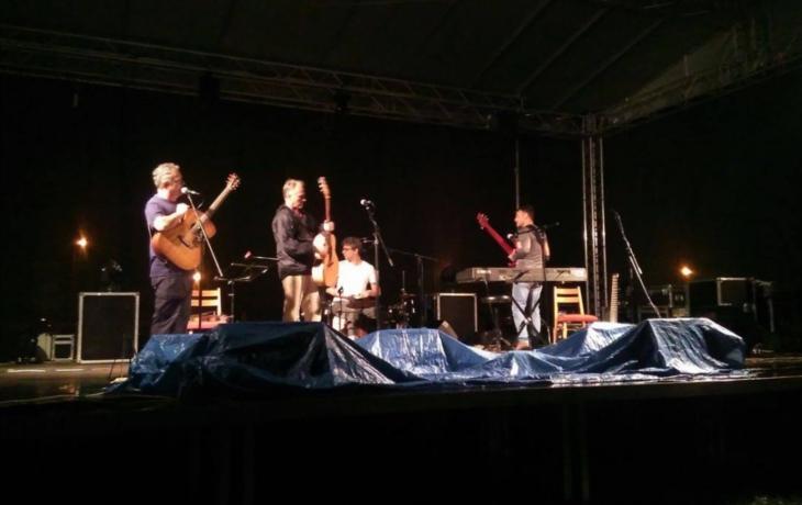 Dragoun a Vřešťál zpívali mezi kapkami deště
