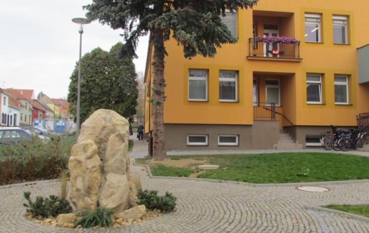 Před radnicí stojí tři umělé kameny. Lidé se dohadují, o co jde