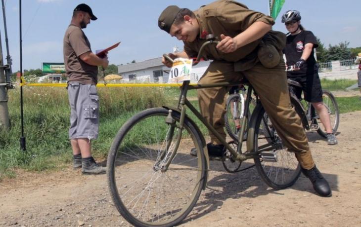 Do terénu se vydal na historickém kole