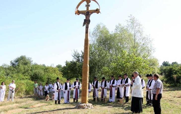 Šestimetrový kříž na Rochusu posvětil farář