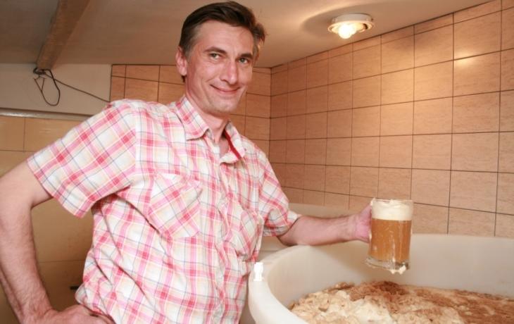 Kupované pivo mu nechutná, tak si vaří vlastní